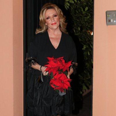 Lydia Lozano, con una flor de Pascua el día de su 60 cumpleaños