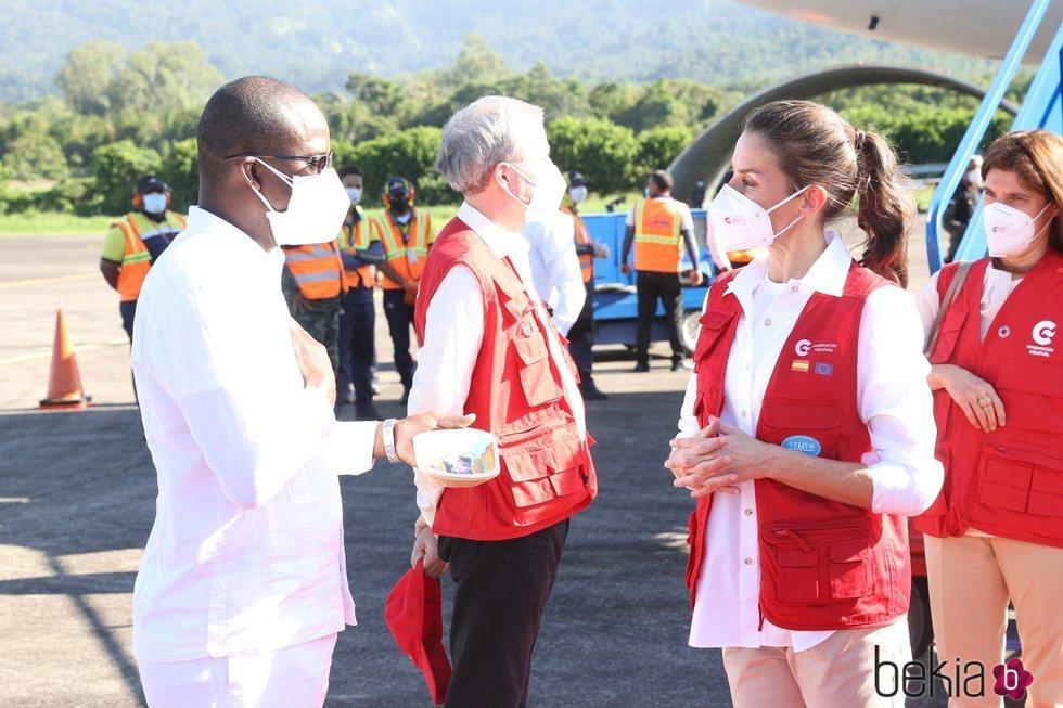 La Reina Letizia recibe un regalo a su llegada a Honduras para un viaje de cooperación