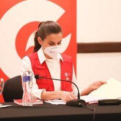 La Reina Letizia revisa la documentación en una reunión con ONGS en Honduras
