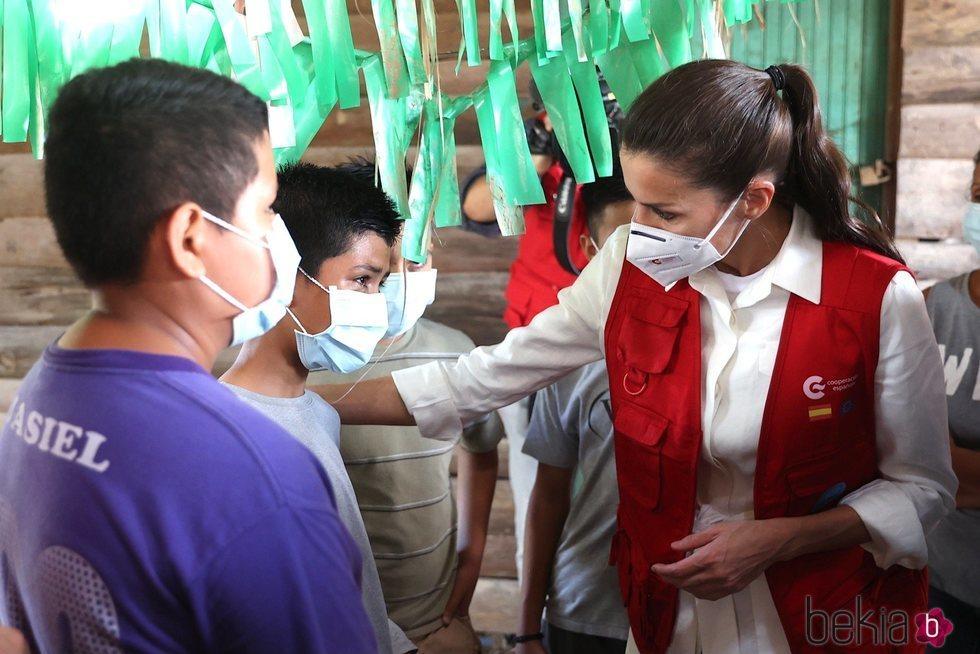 La Reina Letizia con un niño en el Centro de Educación Básica Oswaldo López de Arellano durante su viaje humanitario a Honduras