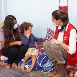 La Reina Letizia con una madre y su hijo refugiados en un albergue en su viaje humanitario a Honduras