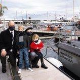 Alberto y Charlene de Mónaco con sus hijos Jacques y Gabriella de Mónaco en el bautismo de un barco de la policía marítima con el nombre Princesse Gabriell