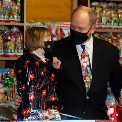 Alberto de Mónaco y su hija Gabriella de Mónaco en la entrega de regalos navideños 2020