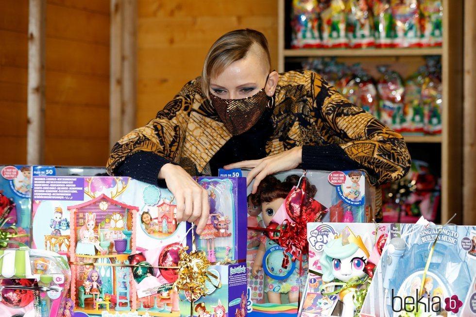 Charlene de Mónaco luce su cambio de look en la entrega de regalos navideños 2020