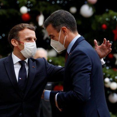 Emmanuel Macron saludando a Pedro Sánchez
