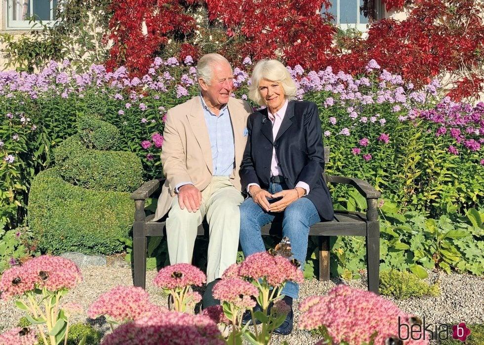 El Príncipe Carlos y Camilla Parker en los jardines de Birkhall