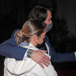 Elena Tablada, arropada por su marido Javier Ungría en la misa funeral de su abuela