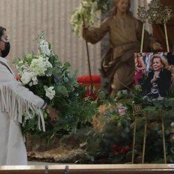 Elena Tablada, dando el último adiós a su abuela Elena en su misa funerla
