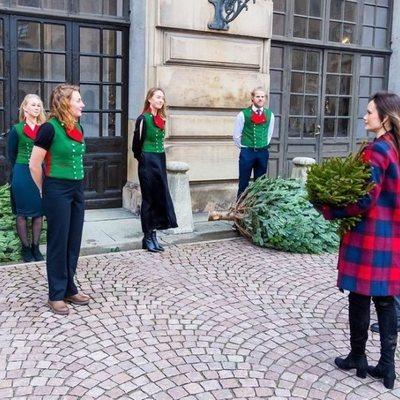 Carlos Felipe y Sofia de Suecia en la recogida de árboles de Navidad en el Palacio Real de Estocolmo