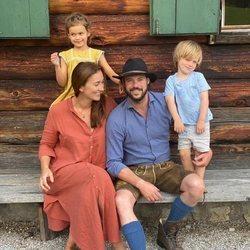 Félix y Claire de Luxemburgo con sus hijos Amalia y Liam de Luxemburgo en su felicitación navideña