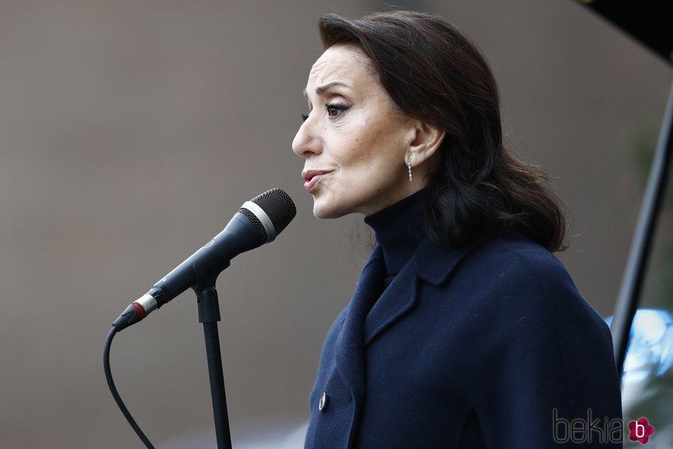 Luz Casal cantando en la inauguración del monumento en memoria a los sanitarios fallecidos durante la pandemia