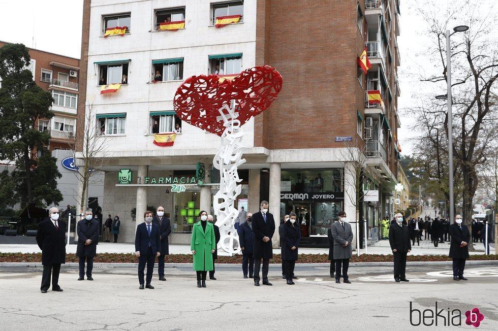 Los Reyes Felipe y Letizia guardando un minuto de silencio junto a las autoridades asistentes a la inauguración del monumento en memoria a los sanitarios f