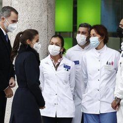 Los Reyes Felipe y Letizia hablando con unos farmacéuticos en la inauguración del monumento en memoria a los sanitarios fallecidos durante la pandemia