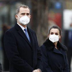 Los Reyes Felipe y Letizia en la inauguración del monumento en memoria a los sanitarios fallecidos durante la pandemia