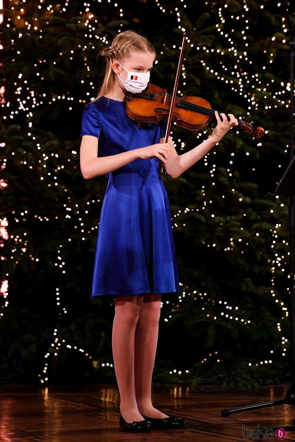 Leonor de Bélgica tocando el violín con mascarilla en el concierto de Navidad 2020