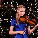 Leonor de Bélgica tocando el violín en el concierto de Navidad 2020