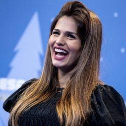 Sara Sálamo, muy sonriente en el estreno de una obra teatral