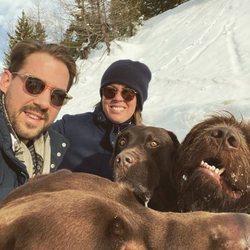 Felipe de Grecia y Nina Flohr con sus perros en su primera Navidad tras su boda