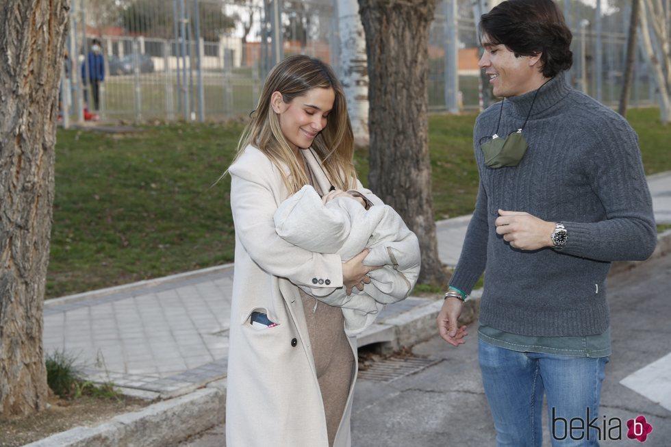 María Pombo y Pablo Castellano llegan a casa con su hijo Martín tras su nacimiento