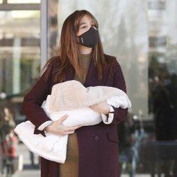 Isabel Jiménez sale del hospital tras dar a luz a su segundo hijo