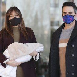 Isabel Jiménez acompañada de su marido después de haber dado a luz a su segundo hijo
