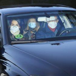 Los Reyes Felipe y Letizia con la Princesa Leonor y la Infanta Sofía visitando a Jesús Ortiz en Reyes
