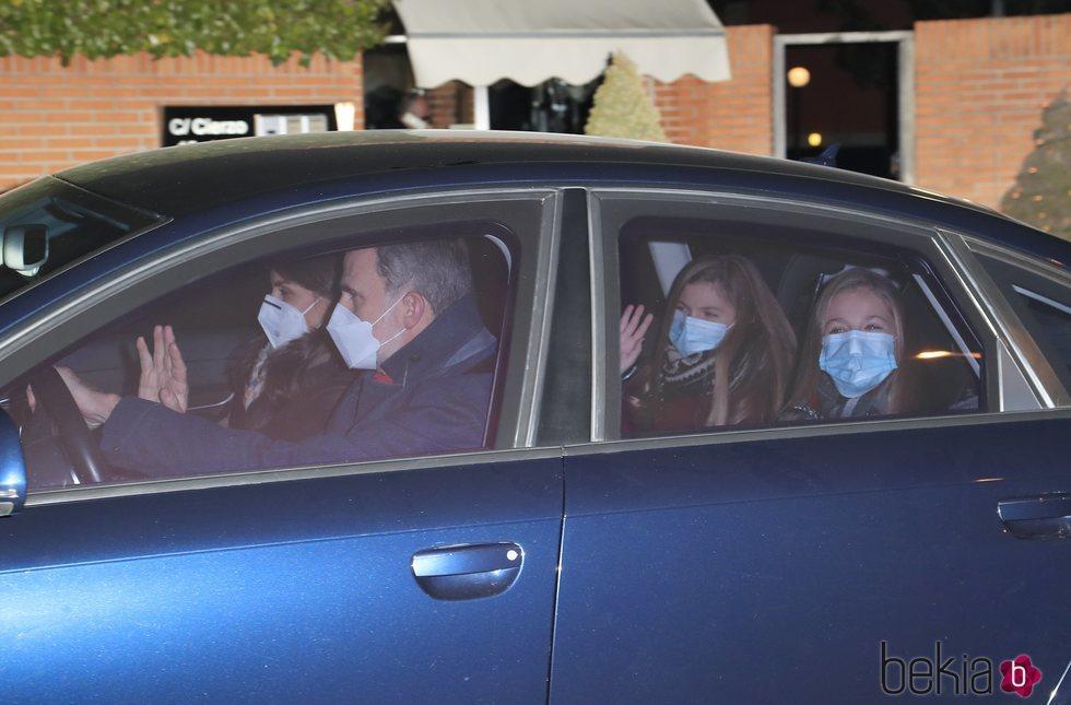 La Princesa Leonor y la Infanta Sofía saludan y sonríen a la prensa a las puertas de la casa de Jesús Ortiz