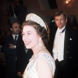 La Reina Isabel luce la Tiara Kokoshnik durante un viaje oficial