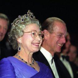 La Reina Isabel luciendo sus zafiros junto al Duque de Edimburgo en un acto público