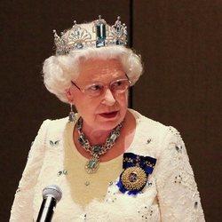 La Reina Isabel preside un acto de la Commonwealth con su aderezo de aguamarinas