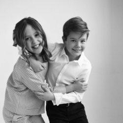 Vicente y Josefina de Dinamarca jugando entre ellos en su 10 cumpleaños