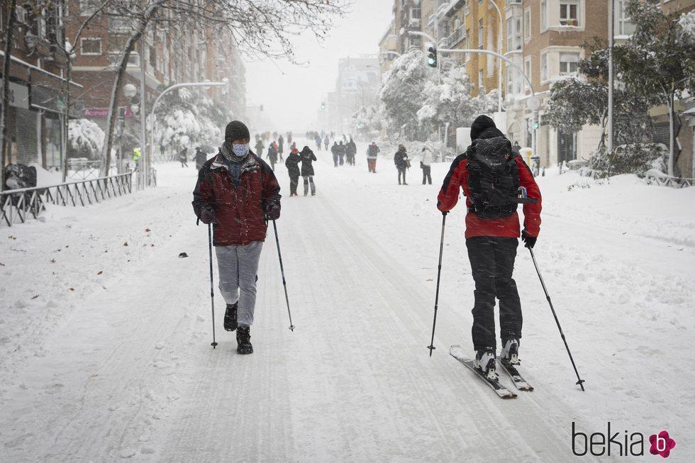 Ciudadanos esquiando por la calle tras la gran nevada de Madrid de 2021 provocada por Filomena