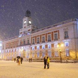 La Puerta del Sol cubierta de nieve tras la gran nevada de Madrid de 2021 provocada por Filomena