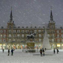 La Plaza Mayor cubierta de nieve tras la gran nevada de Madrid de 2021 provocada por Filomena