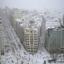 La Plaza de España y la Gran Vía cubiertas de nieve tras la gran nevada de Madrid de 2021 provocada por Filomena