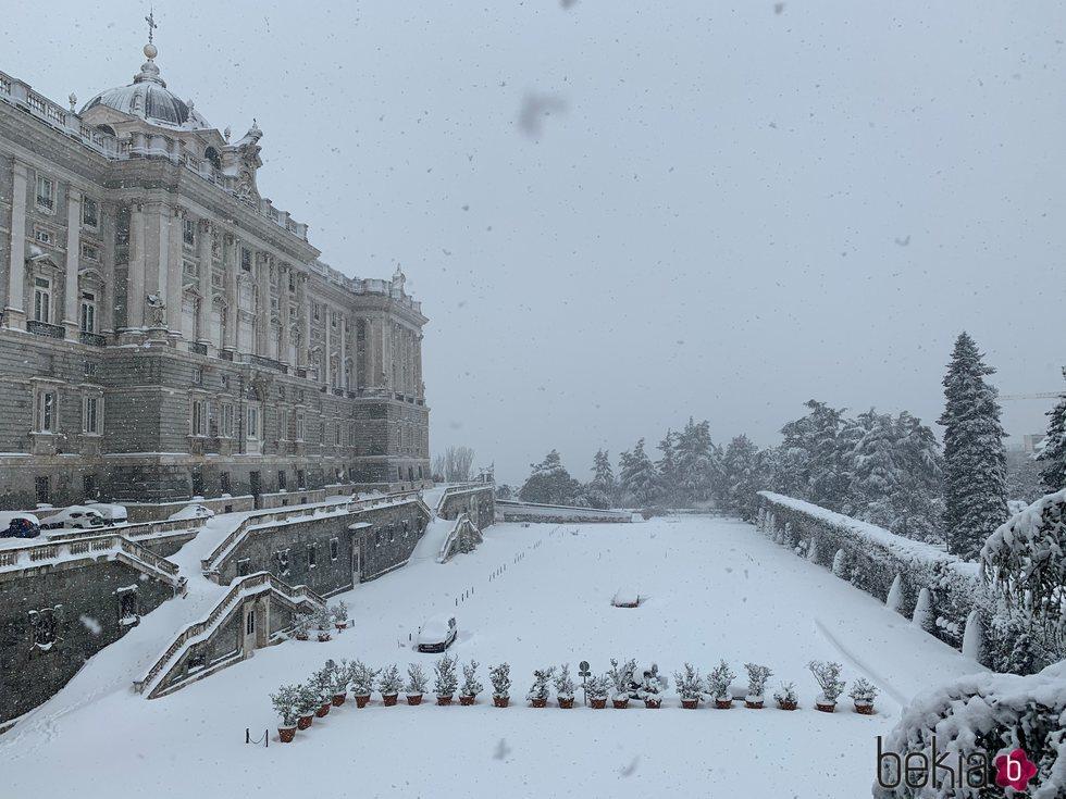 El Palacio Real cubierto de nieve tras la gran nevada de Madrid de 2021 provocada por Filomena