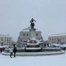 La Plaza de Oriente y el Teatro Real cubiertos de nieve tras la gran nevada de Madrid de 2021 provocada por Filomena