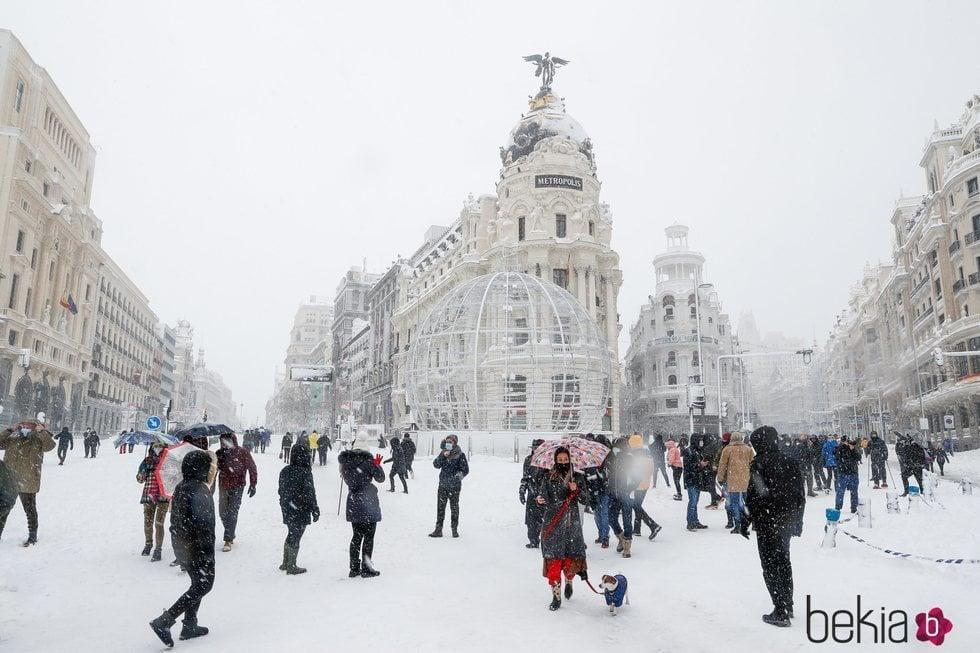 La esquina de Gran Vía y Alcalá cubierta de nieve tras la gran nevada de Madrid 2021 provocada por Filomena