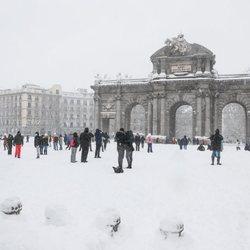 La Puerta de Alcalá cubierta de nieve tras la gran nevada de Madrid 2021 provocada por Filomena