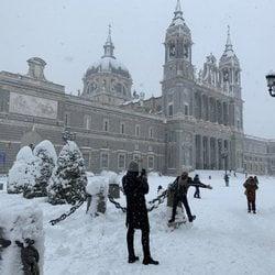 La Almudena cubierta de nieve tras la gran nevada de Madrid 2021 provocada por Filomena