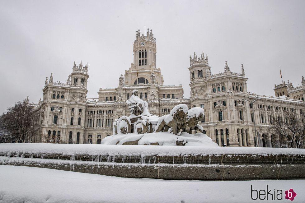La Cibeles cubierta de nieve tras la gran nevada de Madrid de 2021 provocada por Filomena