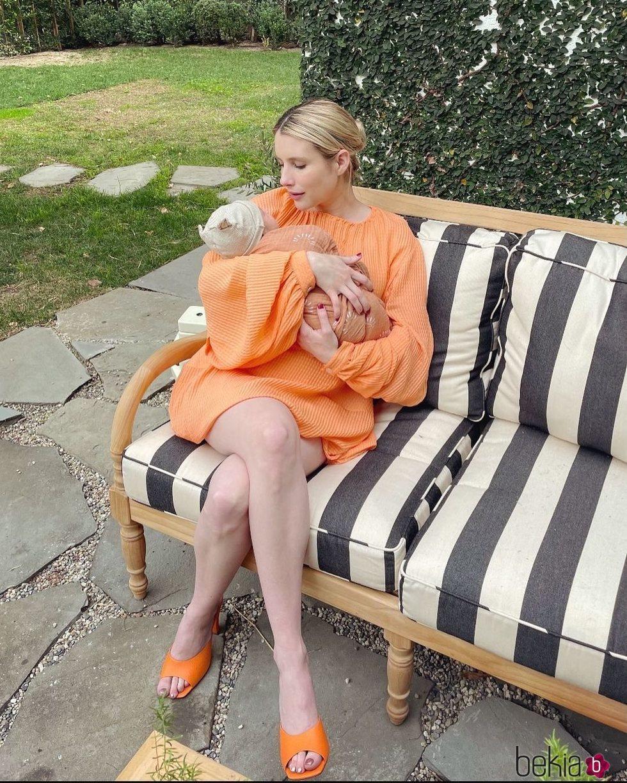 Emma Roberts con su hijo Rhodes en brazos dos semanas después de su nacimiento