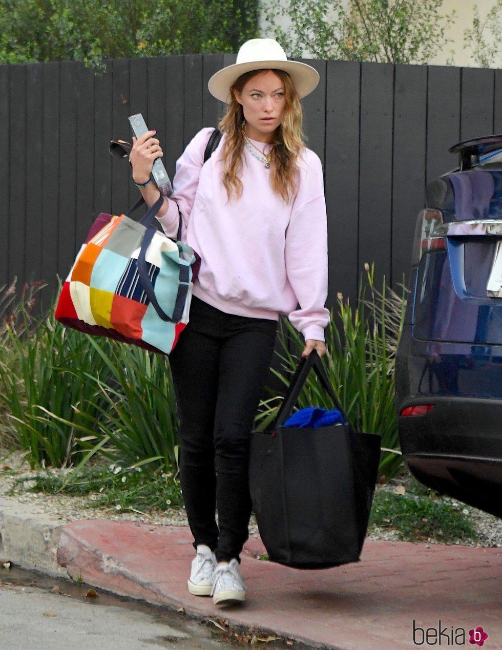 Olivia Wilde saliendo de su casa de Los Angeles con algunas de sus pertenencias