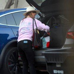 Olivia Wilde metiendo en su coche algunas de sus pertenencias en su casa de Los Angeles