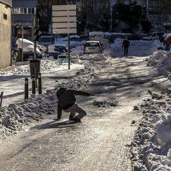 Un hombre se resbala por la helada tras la gran nevada de Madrid de enero de 2021 provocada por Filomena