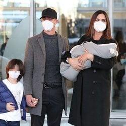Guti y Romina Belluscio presentan a su segundo hijo en su salida del hospital