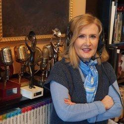 Nieves Herrero haciendo su programa de radio desde su casa