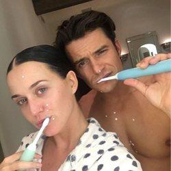 Katy Perry y Orlando Bloom lavándose los dientes