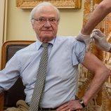 El Rey Carlos Gustavo de Suecia recibiendo la primera dosis de la vacuna contra el coronavirus
