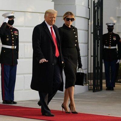 Donald y Melania Trump saliendo por última vez de la Casa Blanca